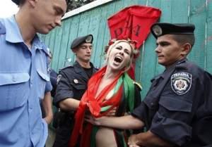 emeklilik-yasina-ciplak-protesto-femen-ukrayna-1273136